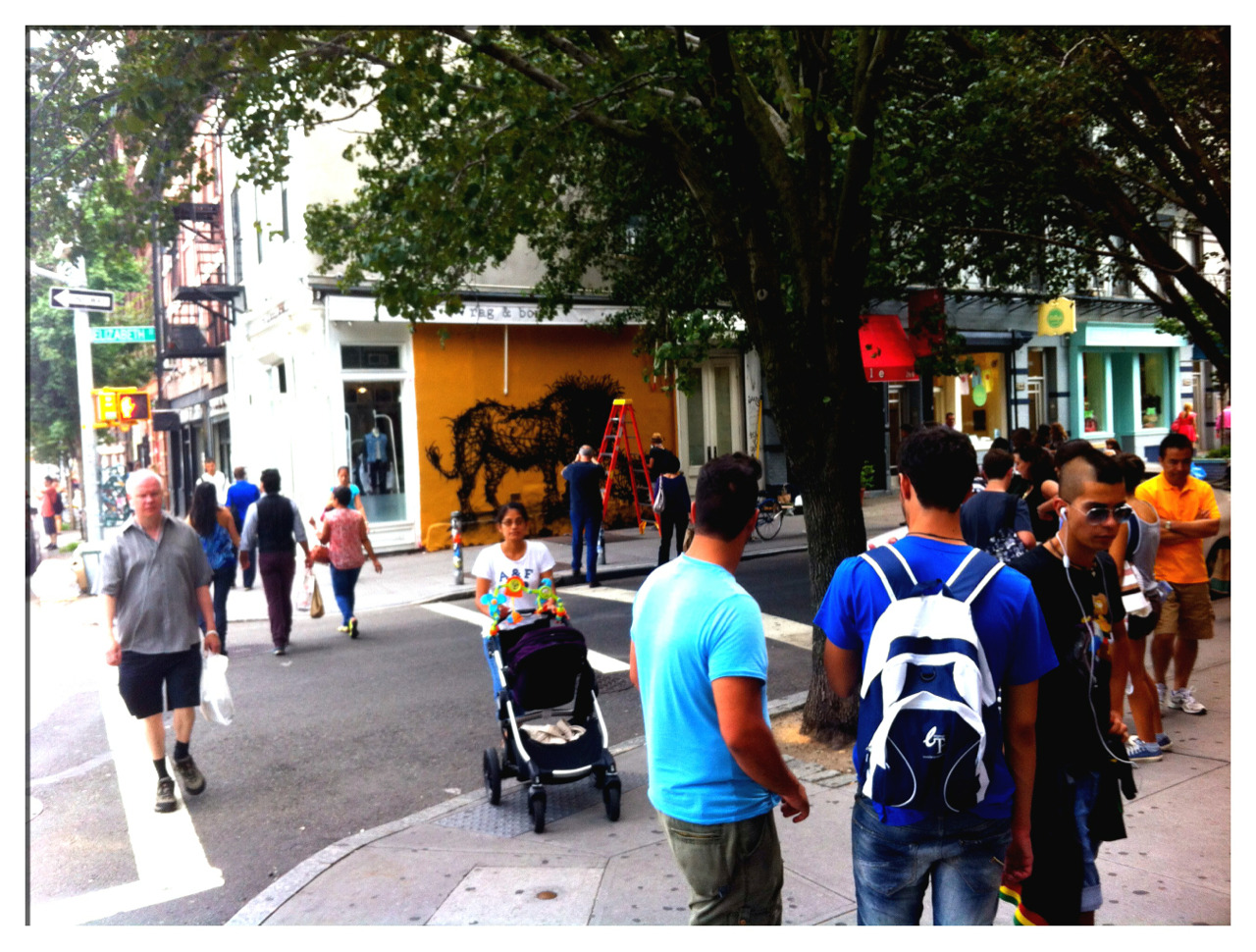 "|| Tourists, Watching People, Watching ""STREET ART!"" 