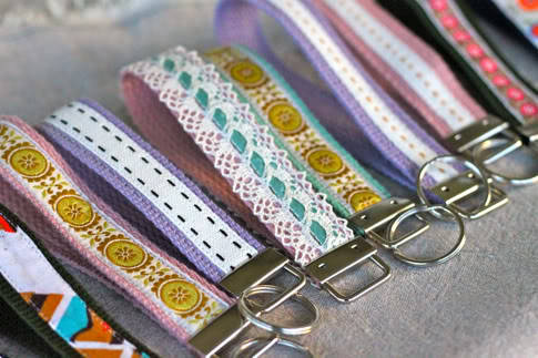 diy keychain wristlet :] great for keeping your keys on hand this school year! click the image for the how-to!