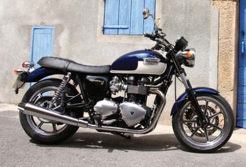 Triumph Bonneville! #tank#colours#navy#cream#triumph#british#england#united#bonneville#motorbike#motorcycle#peterstevens#harleyheaven#motorcycles#melbourne#adelaide#australia
