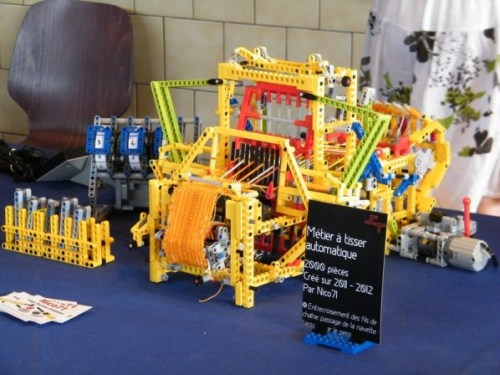 reallyawesomecostumes:  (via Mechanical Loom Made From Legos @Craftzine.com blog)