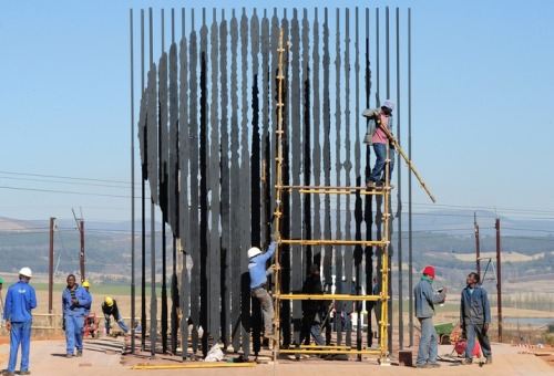 "unknowneditors:  Mandela Captured Sculpture  Few people have experienced extreme ""ups and downs"" in their lives as Nelson Mandela. After being jailed for 27 long years, Mandela established democracy and became president of South Africa in 1994. He has since received more than 250 awards over four decades, including the Nobel Peace Prize in 1993.   wow.    (via TumbleOn)"