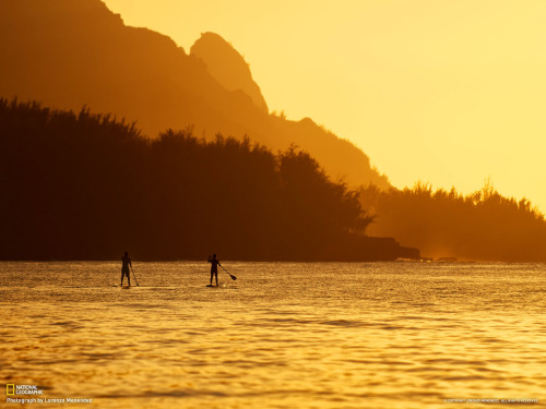 samueldhall:  iamtravel:   Hanalei Bay, Kauai, Hawaii Photograph by Lorenzo Menendez  SUPing