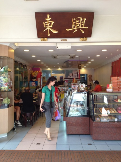Tong Heng Confectionery at South Bridge Road, Singapore. Said that it's been there for more than 100 years and have the best egg tart in Singapore. And since I stayed near the place on this trip, might as well gave it a taste. It was good! And they also have this Crispy BBQ Pork Pastry. Nyum..