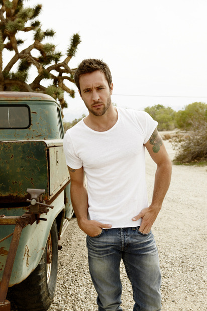 oreo-rouge:  Alex O'Loughlin