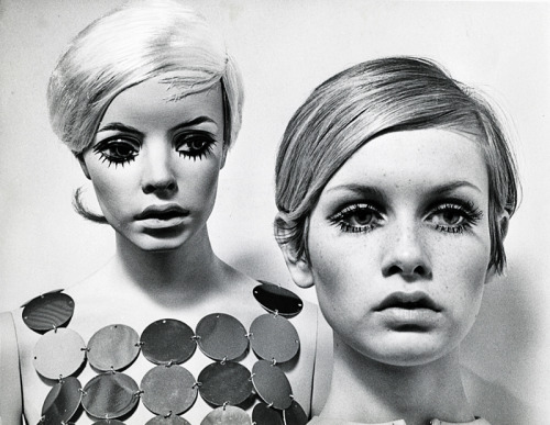 Twiggy posing with a mannequin that was modeled after her likeness, 1967