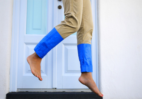 klempky:  modcloth:  DIY colorblock pants via Honestly, WTF.  I didn't know these were A Thing until I saw this but now I really need to make some.  woahh