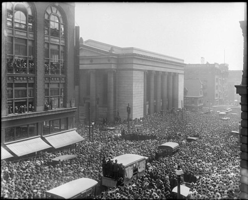 Crowd watching Harry HoudiniCharles Street, BaltimoreApril 26, 1916Unidentified photographer8 x 10 inch glass negative Baltimore City Life Museum CollectionMaryland Historical Society1985.26.21 Over 500,000 people gathered in front of the Sun Building to watch Harry Houdini hang upside-down, 50 feet above the ground, for the two and a half minutes it took for him to escape from a straitjacket.