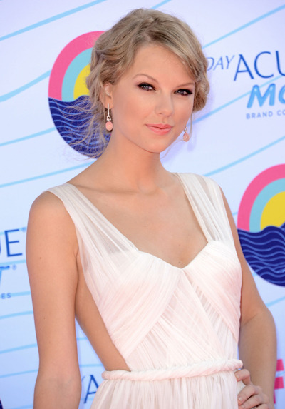 Does Taylor Swift have a new boyfriend?!  It sure looks like it - Tay's been spotted hanging out with Conor Kennedy, sharing a pizza dinner and even meeting his Grandma!
