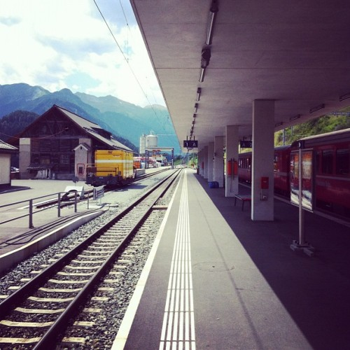 Train station #amaro #Scuol #trainstation #gare #train #bahnhof #scuol #engadina #engiadina #graubunden #switzerland #lines #rail #perspective  (Pris avec Instagram à Bahnhof Scuol-Tarasp)