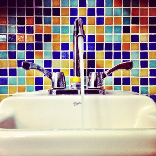 remember to wash your hands 🏥 🛀 #puertorico #instagram #iphonegraphy #igpuertorico #bathroom #tiles #hospital #washbasin #wash #hands #infection #bacteria #mansfield #faucet #water #clean #colors (Taken with Instagram at Puerto Rico Children Hospital)
