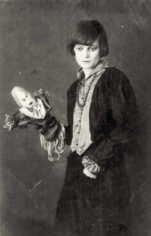 etund:  Emmy Hennings with one of her Dada dolls, Zurich, 1917.