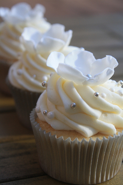 awkwardcupcake:  Wedding Cupcakes by artsyqt44 on Flickr.