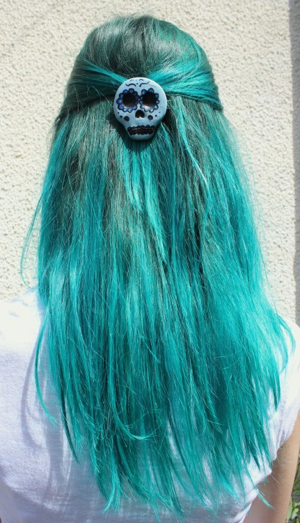 smokefumes:  jo-ni:  blue hair, blue skull  ☪☪