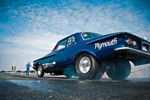 (via Drag Racing Galore - Plymouth Savoy Burnout | Chromjuwelen.com)