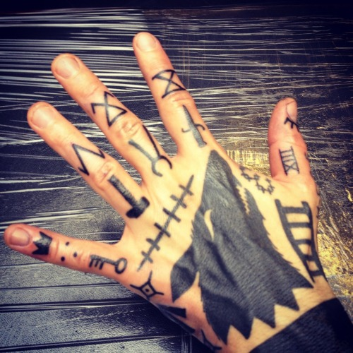 in2utattoolondon:  Hand tattooing at its best by Duncan X