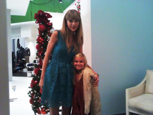 ohsoswiftly:    Chloe Elaine Scharf On set with with Taylor Swift For Macy's Commercial! (July 27th)