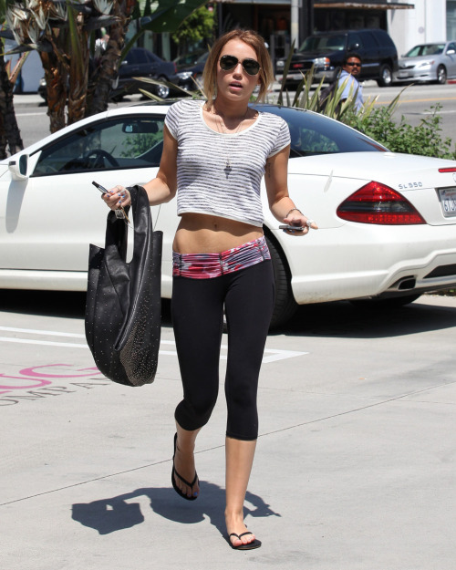 fitnessgirljunkie:  Miley Cyrus is awesome fitspo.