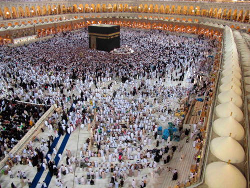 drsonnet:  #Ramadan Pilgrims circle the Kaaba inside the Grand Mosque during the #Muslim month of Ramadan in the holy city of Makah on July 23. (Hassan Ali/Reuters)