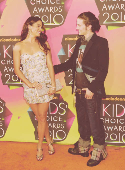 jrathbonefb:  JPOTD. Jackson and Nikki at the 2010 Kids' Choice Awards. #ReedBone #TooCute  I LOVE this outfit!