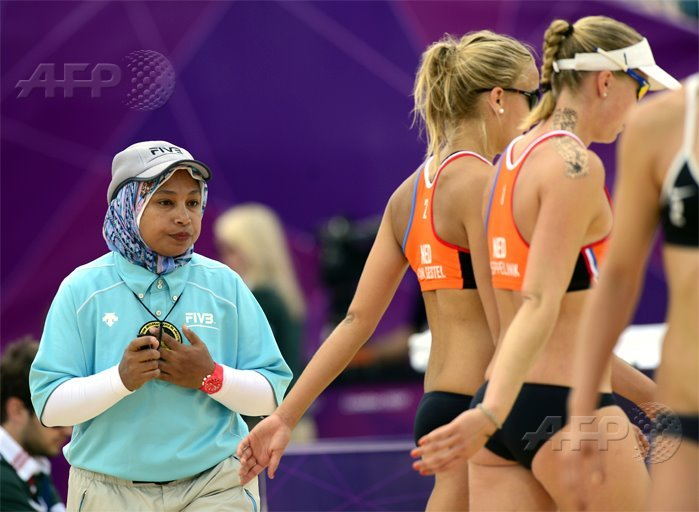Egypt's judge Amina Abdou Elsergany (L) waits for players to change sides during women' beach volleyball matchAFP PHOTO / DANIEL GARCIA