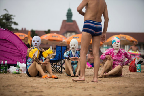 "«""A woman should always have fair skin,"" one mask-wearing bather explained. ""Otherwise people will think you're a peasant""». (via NYT.com) Da una superpotenza all'altra, per noi europei resta la speranza che il popolo cinese sia, incredibilmente, persino più stupido di quello americano."