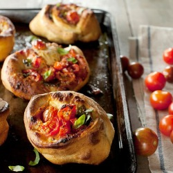 Tomato pizza rolls: great summer appetizer! Recipe here