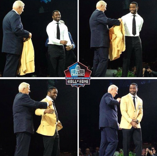 fuckyeahmarksanchez:  jetstwit:  Curtis Martin presented the Gold Jacket by Bill Parcells  Congrats to Curtis Martin for being inducted in to the Hall of Fame!