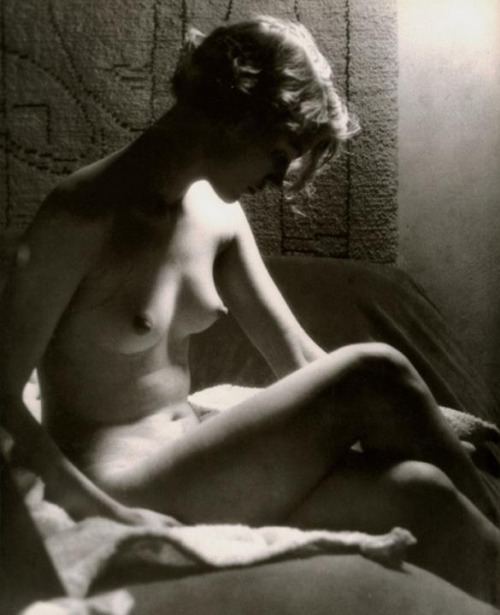 Man Ray,Lee Miller by the light of a Sunray Lamp, Paris, 1929.