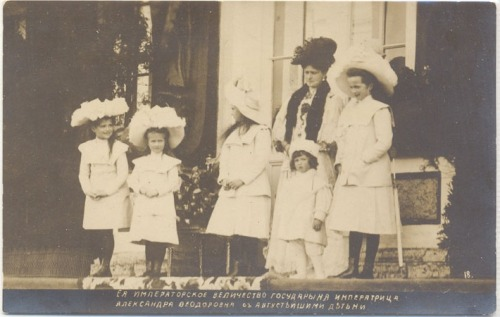 The Imperial children with their mother on the steps of the Catherine Palace: 1907. I  love Maria's smile!