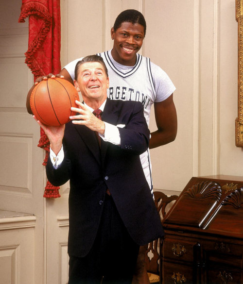 Parabéns pra você, Patrick Ewing! O mais novo cinquentão no blog. siphotos:  Happy 50th birthday to Patrick Ewing. The Georgetown alum played 17 NBA seasons, mostly for the Knicks, and averaged 21 points and 9.8 rebounds per game. In this photo, Ewing poses with then-president Ronald Reagan during a photo shoot for the 1984 SI college basketball preview issue. (Lane Stewart/SI) GALLERY: Patrick Ewing: The Georgetown Years