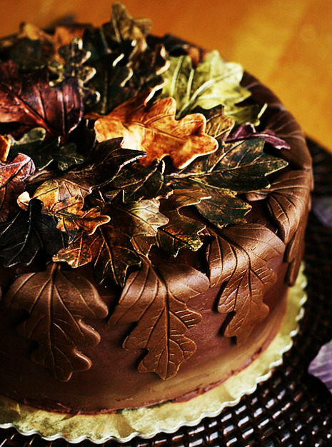 forever-october:  Gorgeous cake (via How to Make Gum Paste Leaves | Savory Sweet Life - Easy Recipes from an Everyday Home Cook)