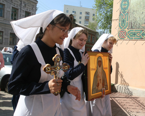 Orthodox nurses holding an icon of St. Elizabeth