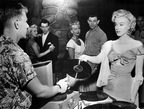 theniftyfifties:  Marilyn chooses the music.