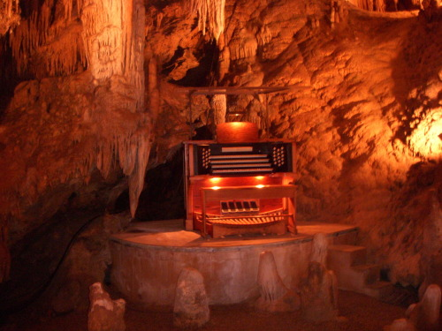 Organ inside the Luray Caverns.