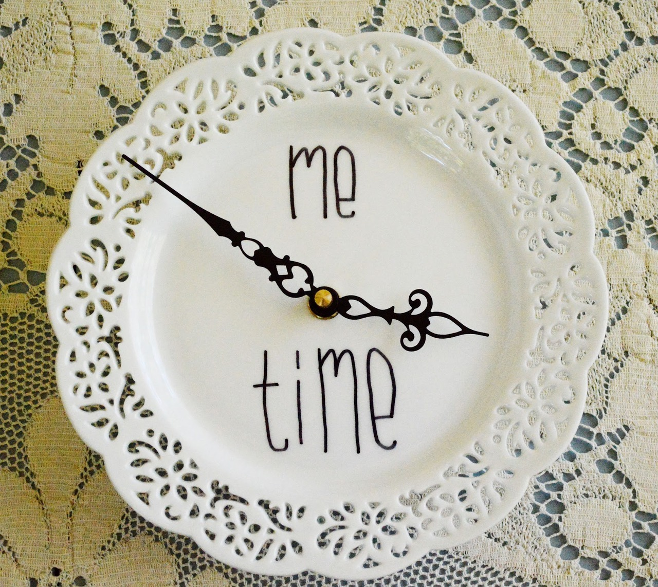 Doily Plate Clock source here via:  aboxofdesigns