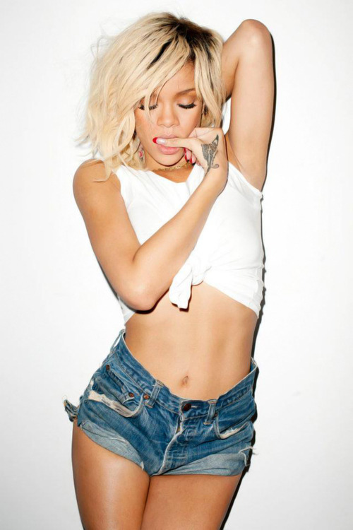 just-living-my-lifeee:  Rihanna <3 just-living-my-lifeee