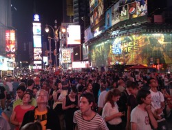 jtotheizzoe:  The crowd in Times Square watching the Curiosity landing. It's amazing to see so many people come together for such a phenomenal moment. (via @bluemilker on Twitter)