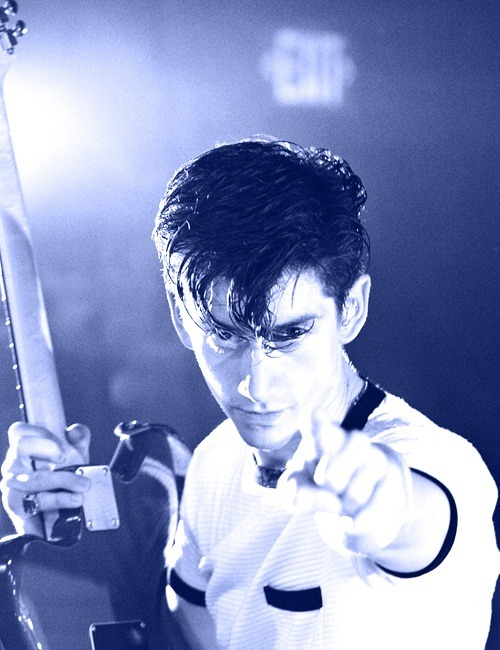 (x) 29/50 pictures of Alex Turner.