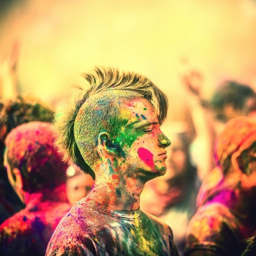 ruineshumaines:  2012 Holi Festival of Colors at Spanish Fork, Utah. Photographed by Thomas Hawk | On Flickr. You can watch the video here and find some related post here and here.