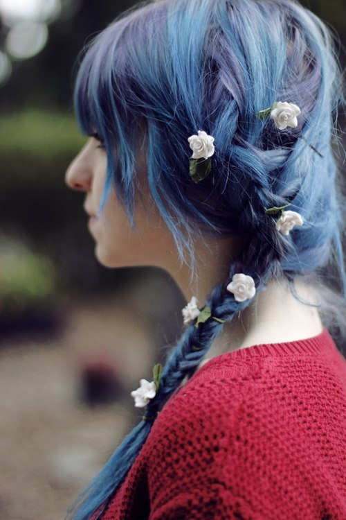 mycutefriendsweetprincess:  this is my dream hair. this is what im growing m yhair out for. long lavander periwinkle hair with flowers in it.