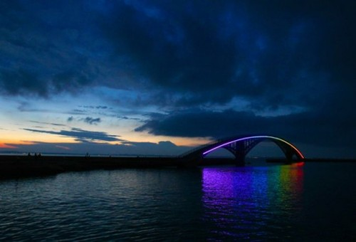 The Xiying Rainbow Bridge is an elevated pedestrian walkway located in Magong, Penghu County in Taiwan. (Colossal)