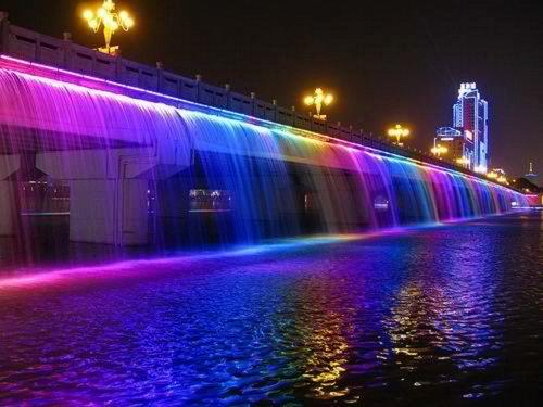 Moonlight Rainbow Bridge Fountain in Seoul, Korea.