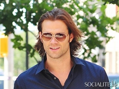 Supernatural star Jared Padalecki was out and about in SoHo, New York on Saturday (August 4, 2012). Jared was looking casually hot as usual, even giving us a tiny glimpse of some flesh via the hole in his jeans. (via Jared Padalecki Struts His Stuff In Soho, Signs On For Two More Seasons Of 'Supernatural' [PHOTOS] - Socialite Life)