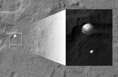 Mars orbiter catches pic of Curiosity on its way down