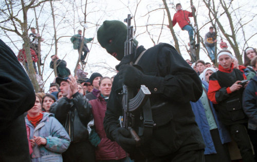 simply-war:  YUGOSLAVIA. Near Istok, Kosovo. 02/1999. Funeral of a KLA fighter killed by Serb forces. © Thomas Dworzak