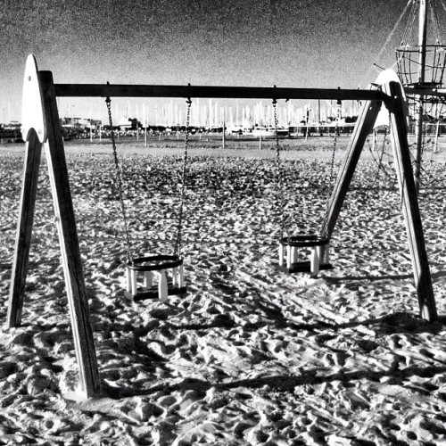 Without… #swing #beach  #sand #snapseed #snapseed #instagram #instagramer #picoftheday #photography #photooftheday #instamood #instagood #iphoneography #iphone #france #summer #wood #blackandwhite  (Pris avec Instagram à Palavas Les Flots)
