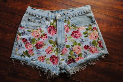 what-do-i-wear:  D.I.Y floral printed shorts  how do??