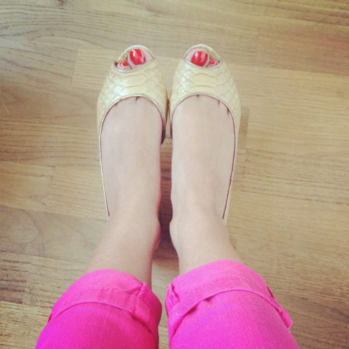 Peep-toe day! Zara fuchsia skinny jeans and Maje snake-skin print beige flats from a few seasons ago. I took quite a while to adopt the peep-toe cut, not being quite sure of the aesthetics of having just a few toes appear in a rather squashed way, which is why I only own this pair which seduced me mostly by the material and pattern…