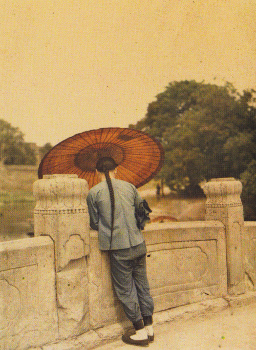 esdur:  Stéphane Passet, Peeking, China, 1912.  Great inspiration