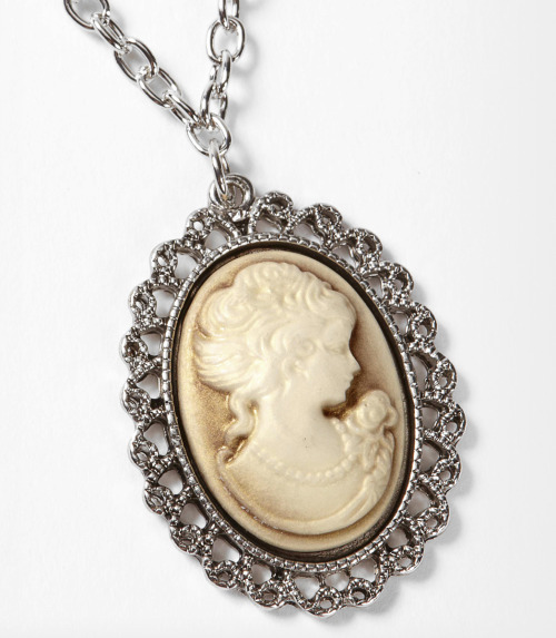 Look as pretty as a portrait in this silver cameo bezel necklace!